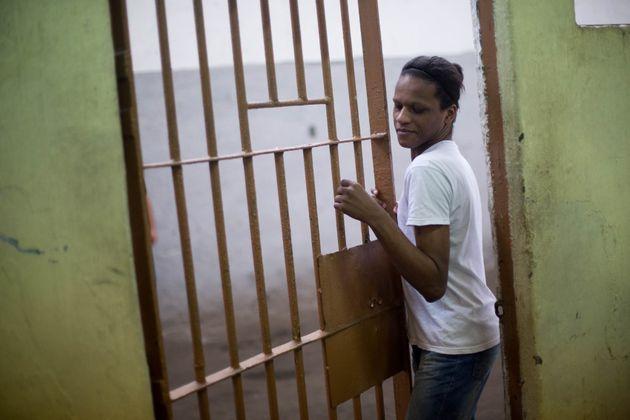 Detenta identificada como Thayla Marcolino, na prisão de Evaristo de Moraes, no Rio de Janeiro,...