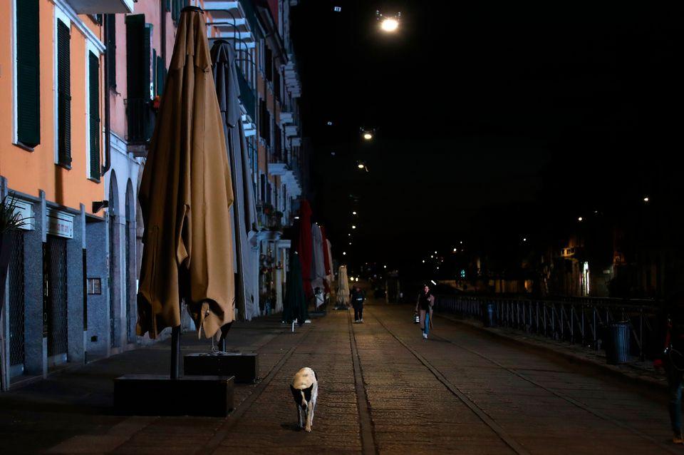 밀라노 나빌리오 운하 인근 상점 및