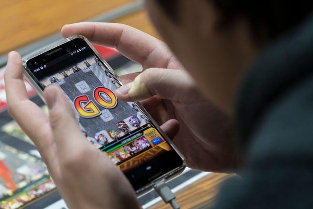 スマートフォンでゲームを楽しむ(イメージ)