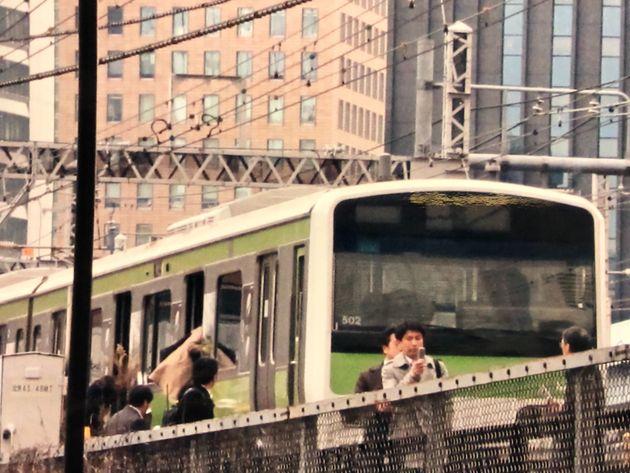 東日本大震災の発災直後に、止まった山の手線の車輌から避難する人々=2011年3月11日、東京都港区