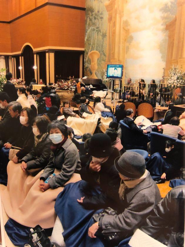 新橋駅近くのホテル内には、帰宅困難者がロビーにあふれた=2011年3月12日未明、東京都港区新橋1丁目