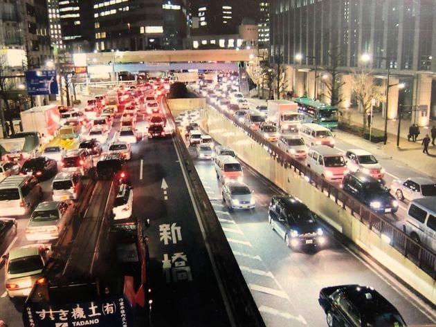 東日本大震災の後、交通は麻痺し、車は動かないまま長いテールランプが連なっていた=2011年3月12日未明、東京都中央区