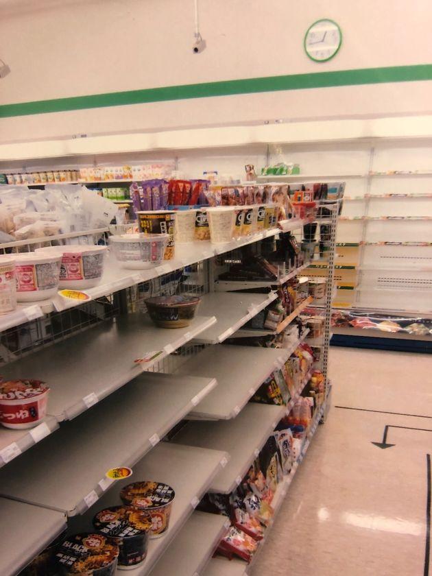 都内のコンビニエンスストアでは、食料品を中心に商品がなくなった=2011年3月12日午前0時45分、東京都港区