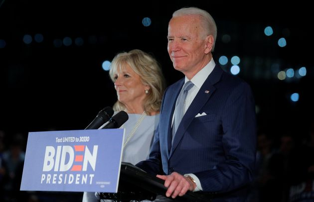 미국 민주당 대선후보 경선주자인 조 바이든이 아내 질 바이든과 함께 연단에 올라 10일 경선 결과에 대한 입장을 밝히고 있다. 바이든은 이날 버니 샌더스를 압도하며 민주당 대선후보...