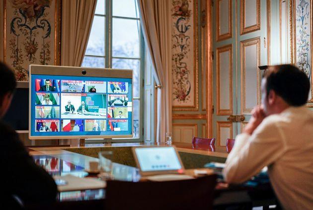 Emmanuel Macron dans son bureau, suit la crise du