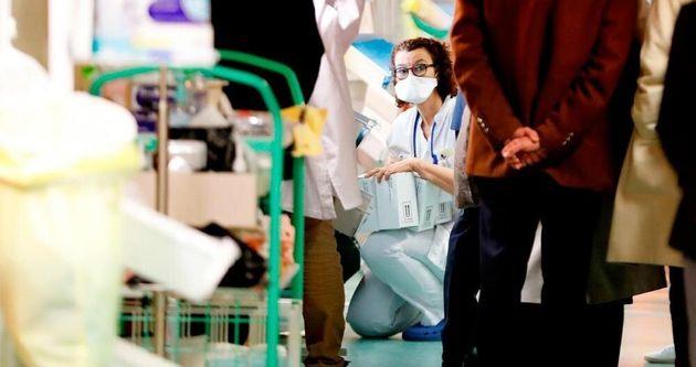 Imagen de una enfermera con una mascarilla facial para protegerla de la expansión del coronavirus, el