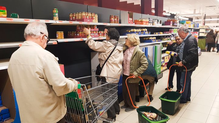 Un grupo de clientes compran un supermercado de Mercadona, en el distrito de Hortaleza (Madrid), tras el endurecimiento de las medidas para combatir el coronavirus (COVID-19).