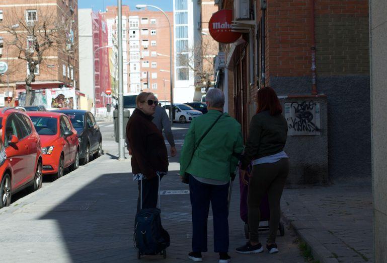 Numa rua de Vallecas, em Madri, mulheres conversam sobre o coronavírus.