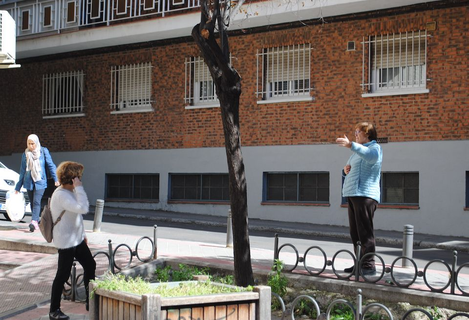 Dos vecinas charlan en el barrio de