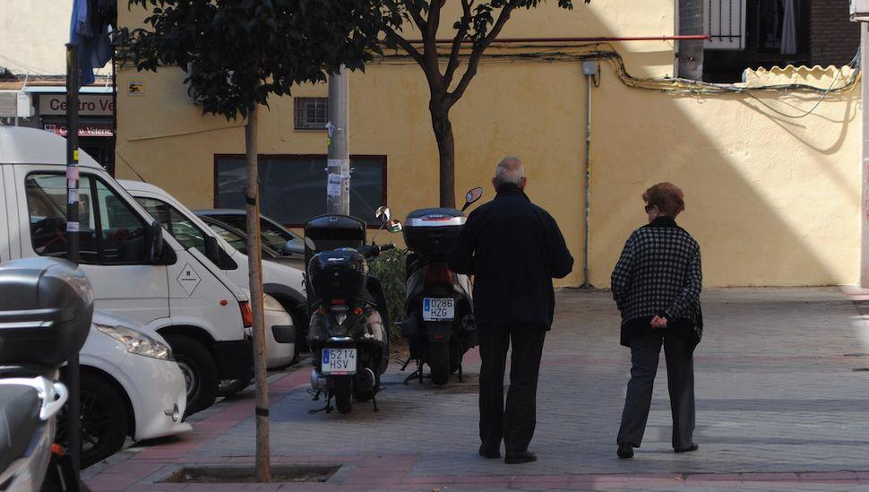 Leonor e Antonio, de 85 e 88 anos respectivamente, descem para a rua para levar o lixo para fora.
