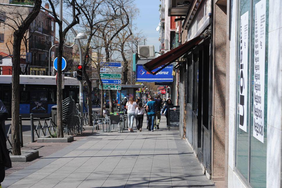 Pessoas caminham perto da Avenida de la Albufera, no bairro madrileno de Vallecas.