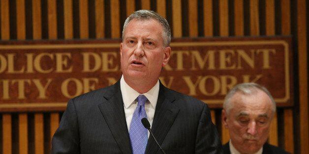 NEW YORK, NY - NOVEMBER 10:  New York City Mayor Bill de Blasio (C) speaks at a news conference with New York City Police Com