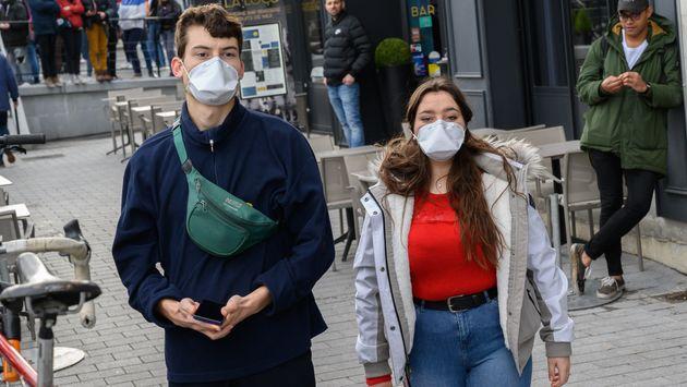 Des passants portant des masques pour se protéger du coronavirus à Nantes, le 10 mars