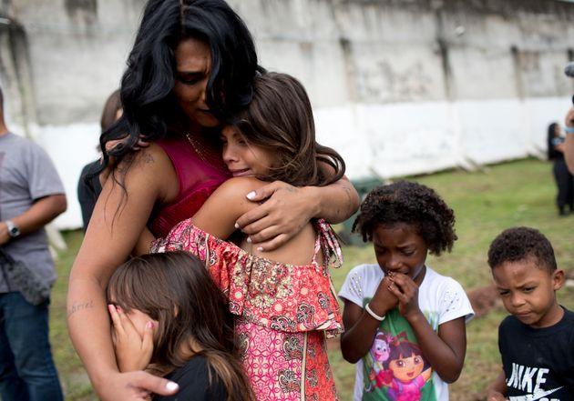 Detenta abraça filhas em concurso de beleza. Dos 468 pedidos feitos ao STF de substituição...