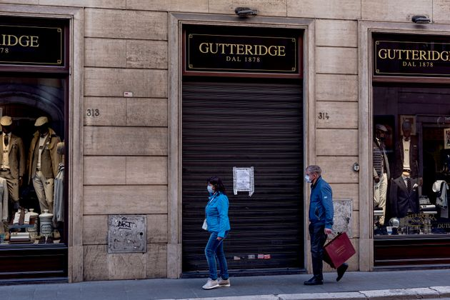 À Rome, les magasins ont baissé les rideaux après les mesures du gouvernement pour...