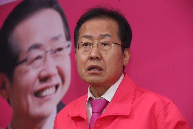 홍준표 전 자유한국당 대표가 9일 오후 경남 양산시 선거사무소에서 기자회견을 열고 있다.