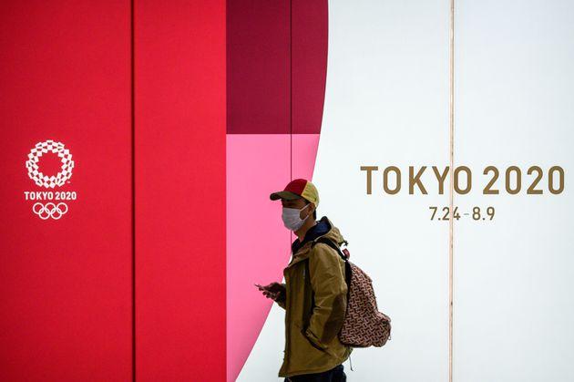 11일 도쿄 시내에서 하계올림픽 홍보물 앞을 지나는