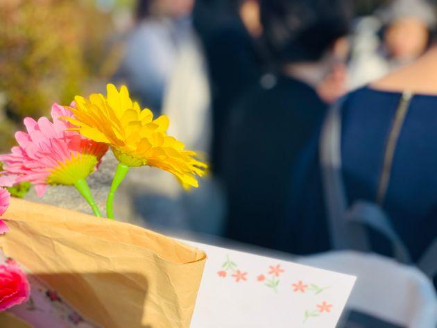 名古屋高裁前には、花を手にした支援者も
