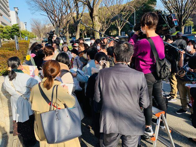 判決後、大勢の報道陣に囲まれた支援者ら