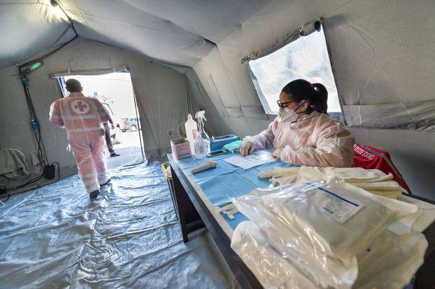 Voluntarios de la Cruz Roja en una carpa de Protección Civil en Calabria