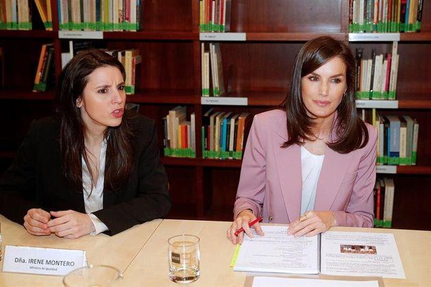 La reina Letizia (d) junto con la ministra de Igualda, Irene Montero (i) en la reunión de trabajo de...