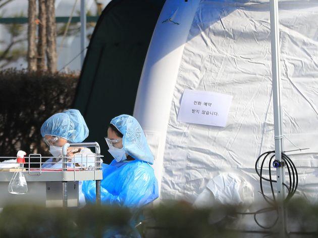 12일 경기도 성남시 분당제생병원 선별진료소에서 의료진이 휴식을 취하고