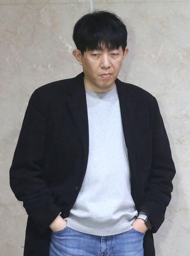이재웅 쏘카 대표가 3월 3일 오후 서울 여의도 국회 정론관 앞에서 여객자동차운수사업법 개정안(타다금지법)과 관련해 취재진들의 질문을 받고 생각에 잠겨