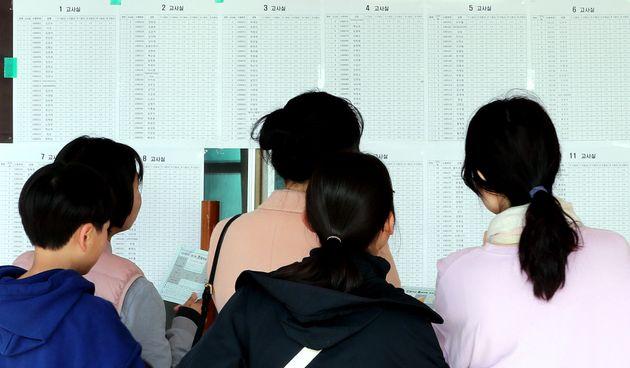 '2019년도 제1회 초·중·고졸 학력인정 검정고시'가 실시된 13일 오전 서울 용산구 선린중학교를 찾은 응시생들이 고사장을 확인하고 있다. 올해 첫 검정고시에는 초졸 467명, 중졸...