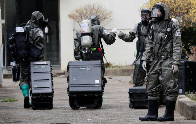 9일 코호트 격리된 대구 한마음아파트에서 방역 중인 군인들. 신천지 신자들이 집단 거주하는 이 건물에서 코로나19 확진자가 50명 가까이