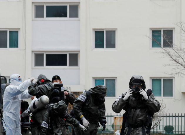 9일 코호트 격리된 대구 한마음아파트에서 방역 중인