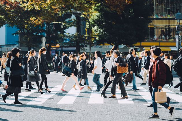 渋谷の交差点を歩くビジネスパーソンたち