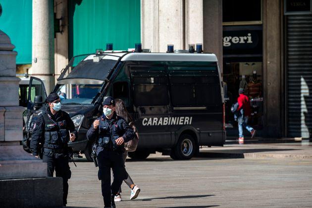 移動制限がされている地域内でチェックをする警察