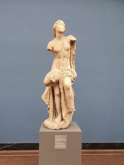 「レダと白鳥」の彫刻