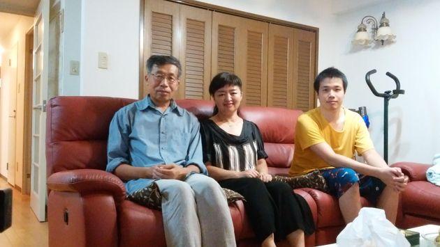 袁克勤教授(左)と妻(中央)。右は息子