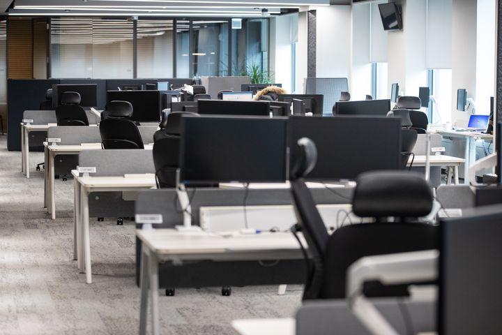 코로나19 여파로 서울 종로의 한 대기업 사옥 사무실이 재택근무 시행으로 텅 비어 있다. 2020.2.25