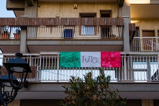 'Todo irá bien', se lee en un bandera italiana colgada en