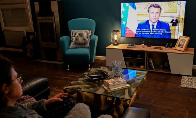 Une famille regarde l'allocution d'Emmanuel Macron sur le coronavirus à Lille, ce 12