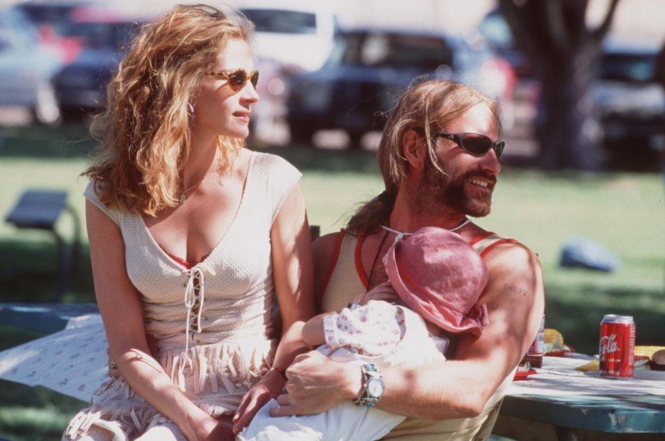 Julia Roberts and Aaron Eckhart in Erin Brockovich