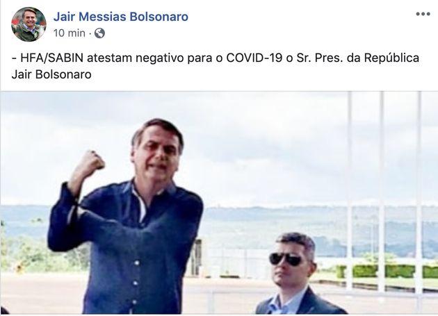 Fazendo sinal de 'banana', Jair Bolsonaro divulga que não está com