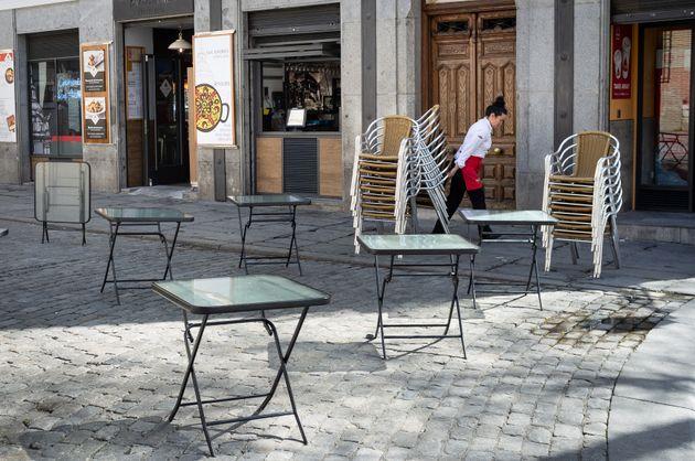La Comunidad de Madrid y Galicia cierran todos los establecimientos excepto los de alimentación y primera