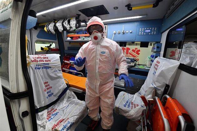 Un trabajador sanitario de la Cruz Roja en Génova,