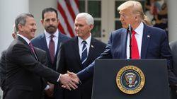 Pour faire face au coronavirus, Trump déclare l'état d'urgence... et serre des mains dans la