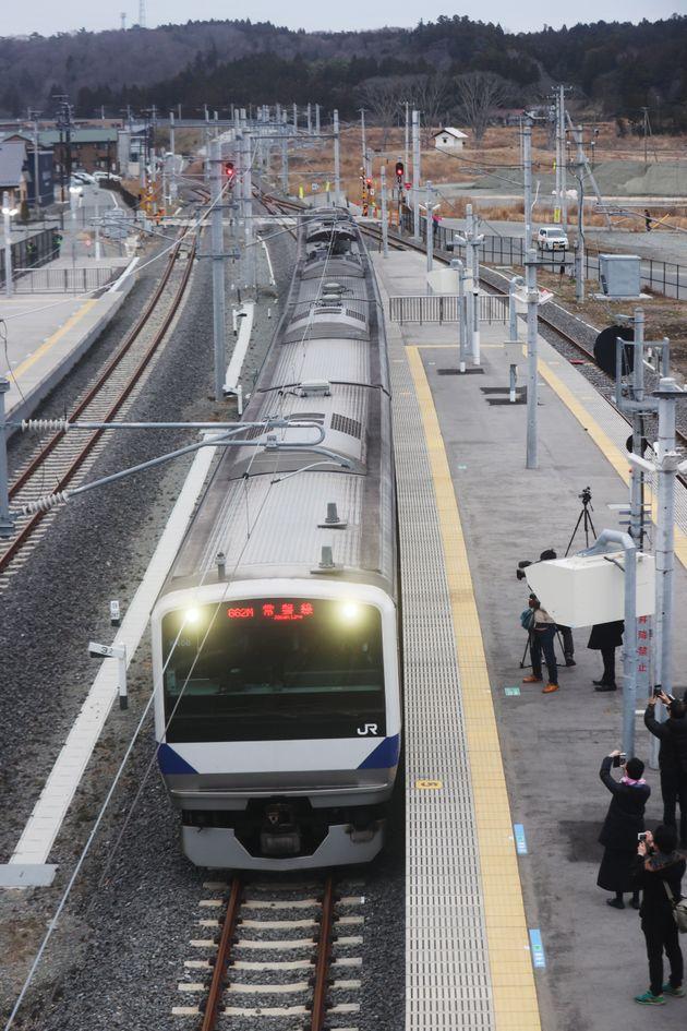 9年ぶりに常磐線が全線再開し、JR富岡駅に到着する車両=14日午前、福島県富岡町