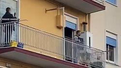 新型コロナで外出禁止のイタリア、人々はバルコニーで歌って励まし合った(動画)