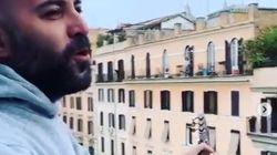"""""""Tanto l'aria s'ha da cagnà"""": Giuliano Sangiorgi improvvisa un concerto dal"""