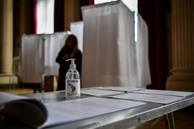 Préparation d'un bureau de vote à Paris en pleine crise du