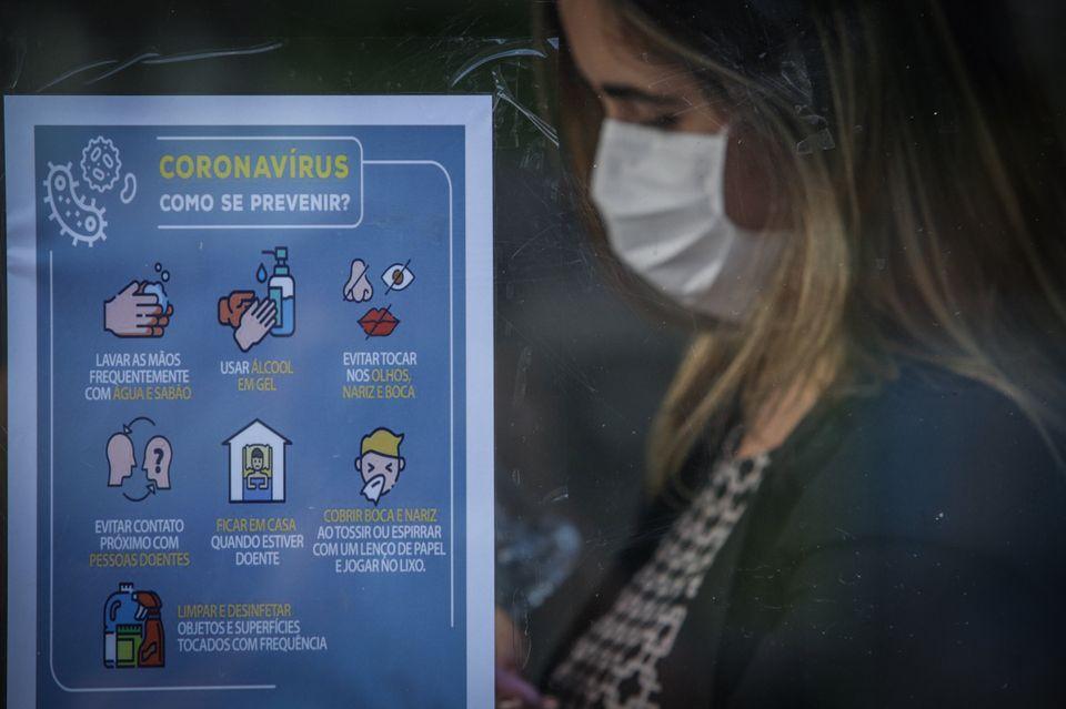 O grupo de cerca de 80% dos infectados que terão sintomas semelhantes aos dos resfriados comuns,...