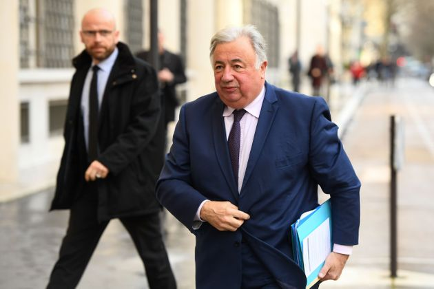 Gérard Larcher accusé d'avoir incité Macron à maintenir les