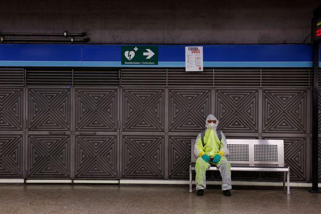 Una persona en el metro de