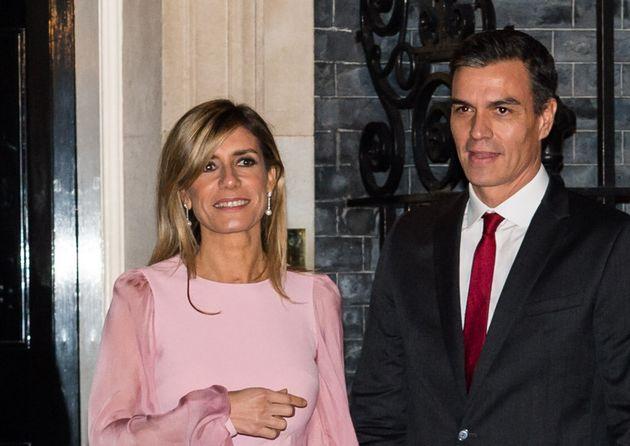 Pedro Sanchez et sa femme Maria Begoña Gomez devant le 10 Downing Street le 3 décembre...